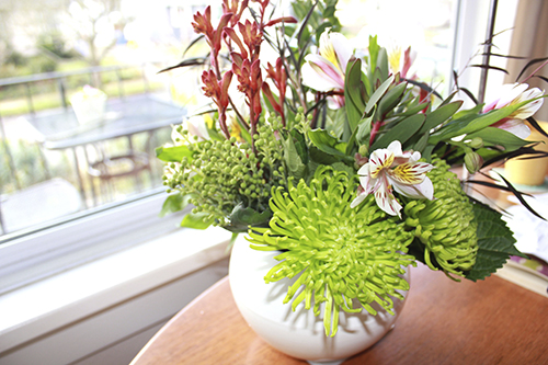 Hoa tươi giúp không gian sống có thêm nhiều sinh khí, mang lại may mắn cho gia đình.