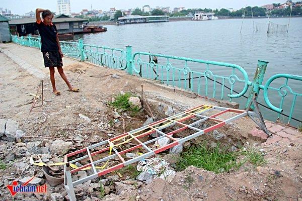 Hệ thống xây dựng cống thải đang thi công dang dở phía sau khuôn viên công viên nước Hồ Tây