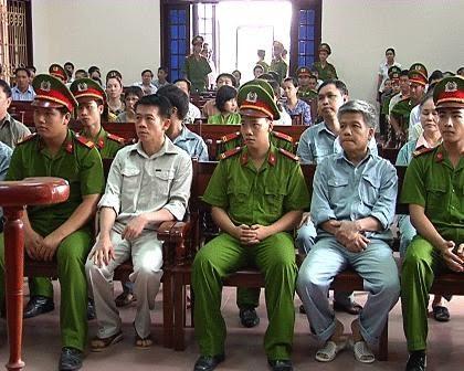 Giang Kim Đạt và Trần Văn Liêm (áo màu sáng) tại phiên tòa vào năm 2012.