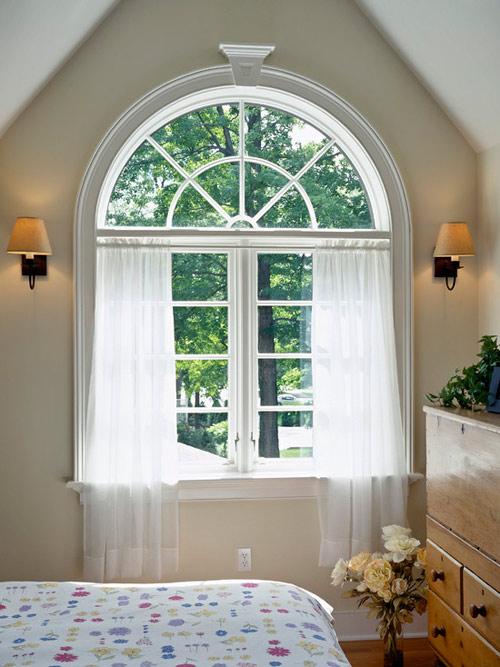 Cửa sổ đối diện với con đường dài và thẳng thường tạo tâm lý bất an.