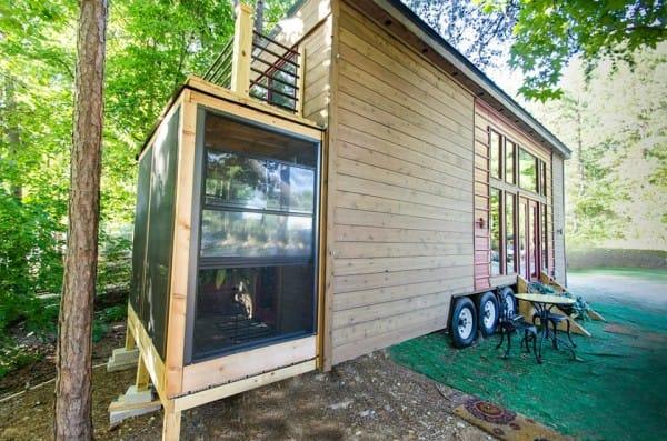 Toàn bộ những bức tường bao quanh ngôi nhà đều được làm bằng gỗ. Điều đặc biệt là ngôi nhà còn được gắn những bánh xe di động giúp chủ nhà có thể di chuyển đến bất cứ đâu.