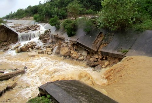 Hai thác nước cũng đổ xuống