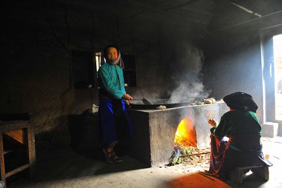 Dù to hay nhỏ, nhà trình tường của người Mông thường có ba gian. Trong đó, người Mông bố trí gian bên trái dùng để đặt bếp lò và chỗ ngủ của vợ chồng chủ nhà. Gian bên phải đặt bếp sưởi và giường khách. Gian giữa rộng hơn để đặt bàn thờ tổ tiên và là nơi tiếp khách, ăn uống của gia đình.