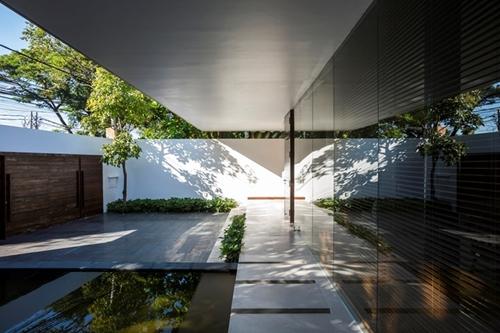 Mặt tiền ngôi nhà khá rộng. Ngay phía trước chủ nhà còn bố trí một hồ nước nhỏ giúp điều hòa không khí, làm mát cho toàn bộ các không gian trong nhà.
