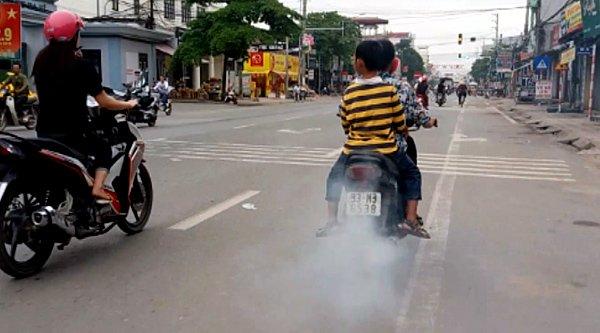 Khói nghi ngút xả ra từ một chiếc xe máy trên đường Hồ Tùng Mậu