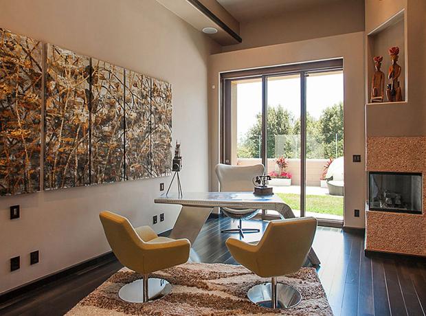Phòng làm việc cá tính hơn với ghế xoay màu vàng và bàn làm việc độc đáo.