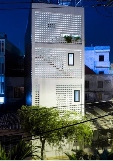 Mặt sau của ngôi nhà cũng được thiết kế ấn tượng với những ô thoáng đan xen giúp không khí lưu thông dễ dàng.