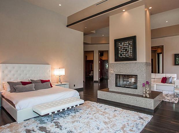 Phòng ngủ rộng, êm ái là nơi lý tưởng để nữ chủ nhân thư giãn sau những tour diễn vòng quanh thế giới.