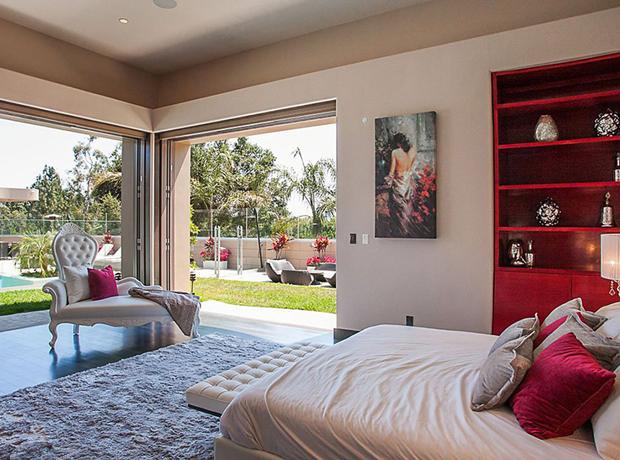 Từ phòng ngủ chính dẫn ra ban công rộng lớn bao gồm cả hồ bơi.