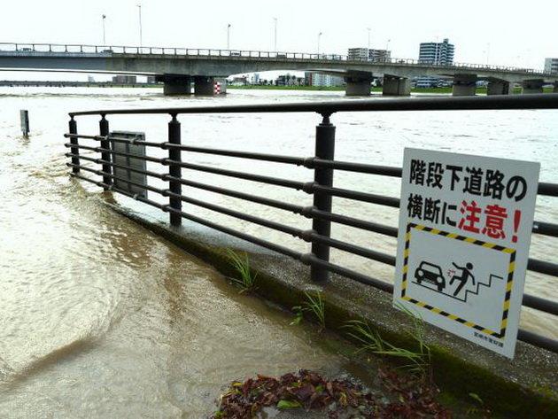 Nước sông tràn bờ ở Miyazaki ngày 20-9 - Ảnh: AFP