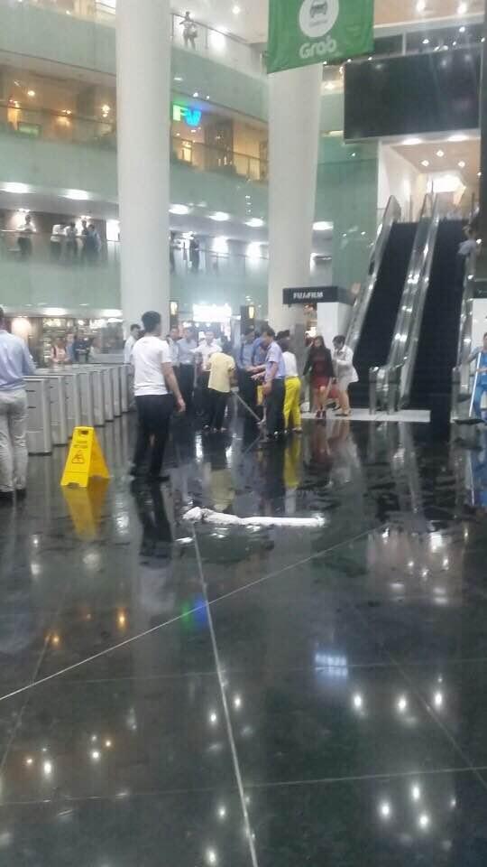 Nhân viên được điều động đến để lau dọn sàn nhà tránh trơn trượt