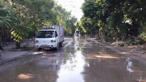 Con đường mưa thì lầy lội, nắng thì bụi mịt mù.