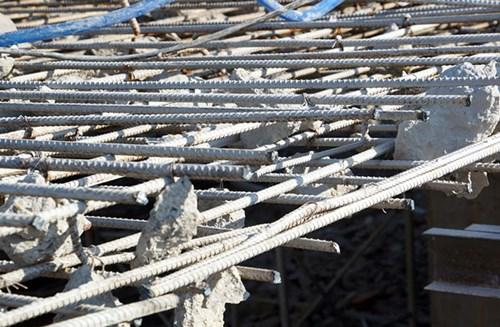 Để phá dỡ, Công ty CP Phương Bắc phải dùng máy hàn xì cắt từng mảng thép
