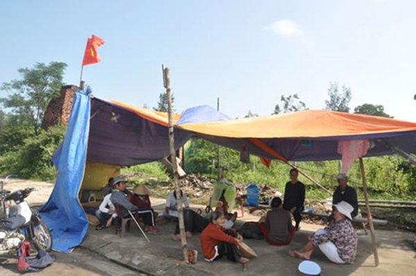 Dự án nhà máy thép Việt-Pháp mỗi năm nộp thuế chưa quá 10 triệu đồng gây ô nhiễm môi trường khiến người dân dựng lều trước cổng nhà máy phản đối.