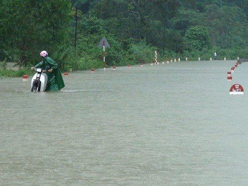 Nhiều đoạn đường ngập sâu ở Quảng Bình đến 3m.