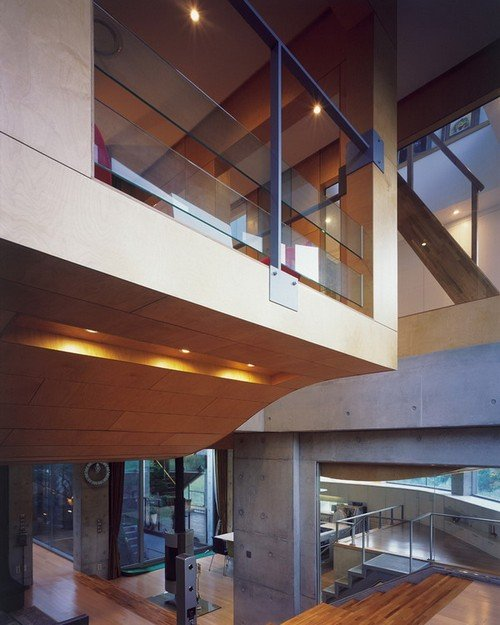 Các không gian trong nhà được bố trí thoáng đãng với tường kính giúp quan sát không gian bao quát.