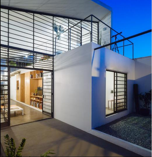 Không gian trong nhà vô cùng thoáng sáng nhờ vách kính xuyên thấu từ ngoài vào trong.