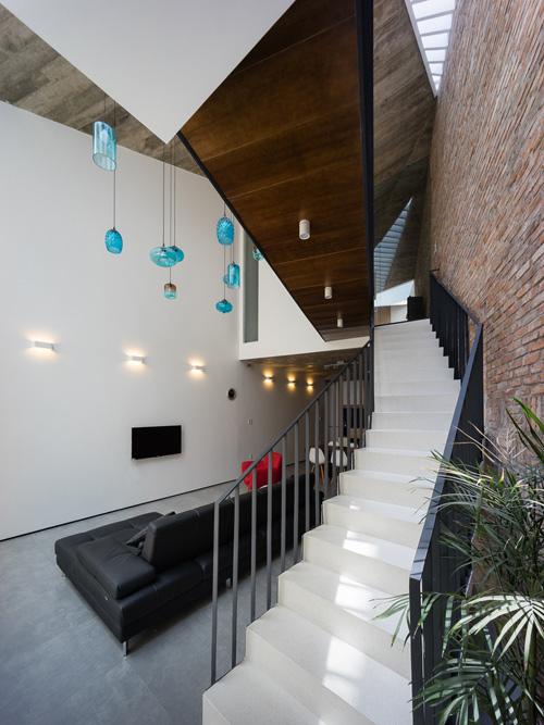 Khu vực trần phòng khách thiết kế thông hai tầng mang lại cảm giác sáng sủa, thoáng đãng
