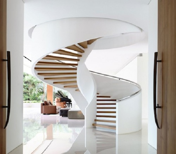 Một kiểu cầu thang tròn xoắn ốc với mặt bậc gỗ được thiết kế tông màu trắng kết hợp với ánh sáng tự nhiên mang đến sự thân thiện cho không gian sống của ngôi nhà.