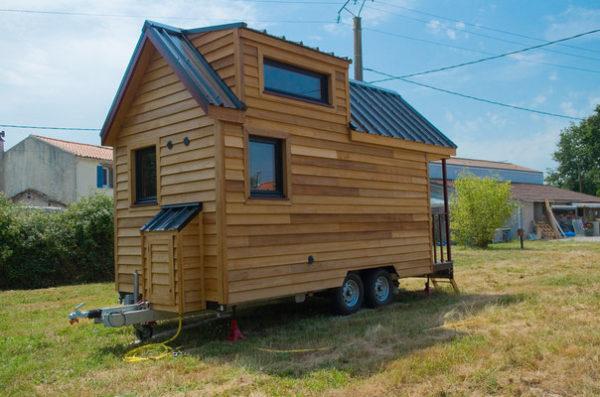 Toàn bộ ngôi nhà được làm bằng gỗ sáng màu với nhiều cửa sổ kính để tận dụng nguồn ánh sáng tự nhiên và gió vào nhà. Mái nhà được lợp bằng tôn cách nhiệt.