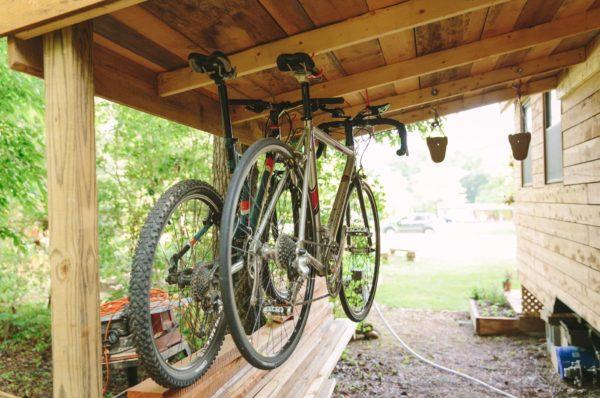 Hai chiếc xe đạp địa hình là phương tiện đi lại của chủ nhà mỗi khi ra ngoài.