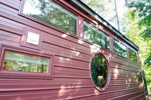 Khắp nơi còn được bố trí rất nhiều cửa sổ kính giúp ngôi nhà có thể tận dụng được tối đa ánh sáng tự nhiên.