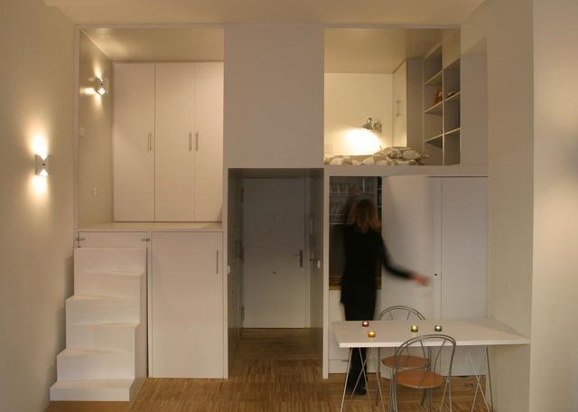 Hệ thống bếp ăn được đặt khéo léo bên dưới gác xép. Nơi đây bình thường luôn được giấu kín sau những cánh cửa tủ và nó chỉ được mở ra khi chủ nhà nấu nướng.