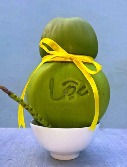 Những trái dừa nổi chữ đang có sức hút lớn trên thị trường Tết.