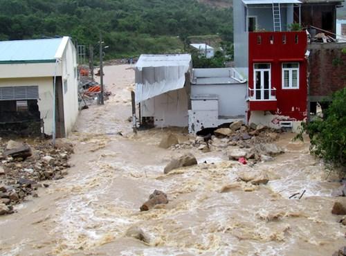 Những nhà dân ở khu tái định cư Hòn Xện và nhà kho của Cty cổ phần Điện lực Khánh Hòa vừa bị lũ tàn phá rạng sáng 13/12, nay lại hứng lũ