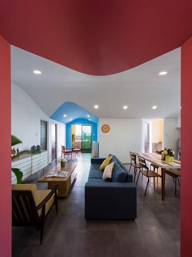 Phòng khách được bố trí khéo léo hướng ra ban công tràn ngập ánh sáng tự nhiên.