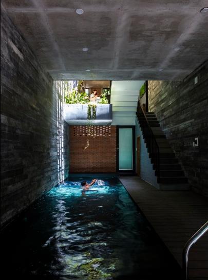 Tầng một của ngôi nhà còn có một bể bơi với chiều dài 9m. Đây không chỉ là không gian thư giãn lý tưởng của gia đình mà nó còn có chức năng giúp điều hòa không khí làm mát ngôi nhà nhất là trong những ngày hè nắng gắt ở TP Đà Nẵng.