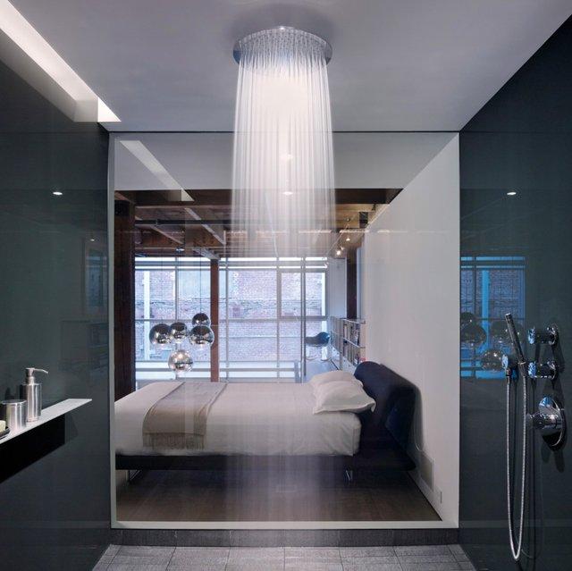 Mẫu vòi hoa sen bản to được thiết kế treo trần nhà và được lắp ngay trong phòng ngủ chỉ ngăn cách với chiếc giường bằng lớp kính trong suốt.