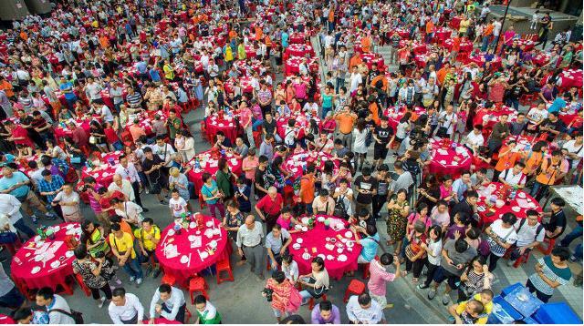 Người dân vui mừng tham gia bữa đại tiệc do Công ty bất động sản kết hợp cùng chính quyền địa phương tổ chức.