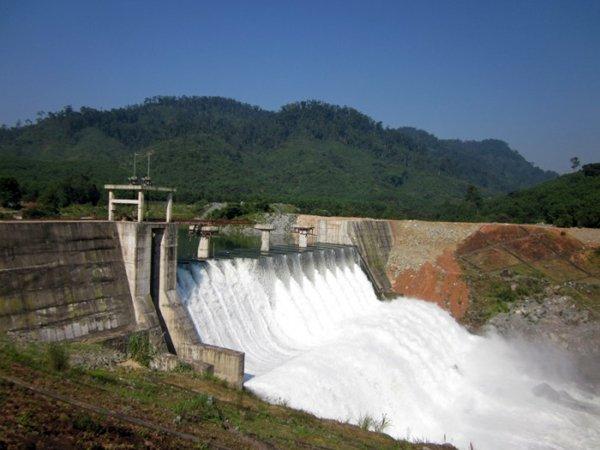Xả lũ hồ chứa thủy điện gây ngập lụt vùng hạ lưu.