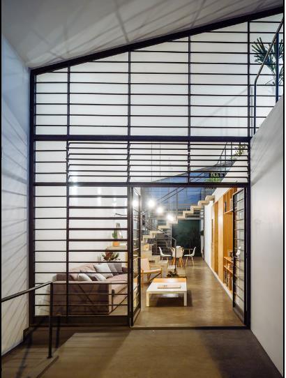 Thay vì bức tường bí bách chủ nhà chọn phương phán dùng khung sắt kết hợp với lớp kính trong suốt che mưa, gió, bụi cho toàn bộ khu vực mặt tiền ngôi nhà.