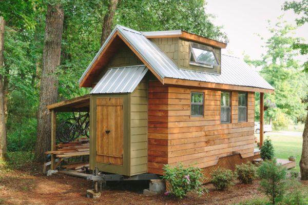 Ngôi nhà nhỏ còn được gắn những bánh xe di động giúp chủ nhà có thể di chuyển đến bất cư đâu.