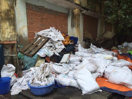 Những bao tải mứt 50kg chất đống ngoài cửa kho hàng