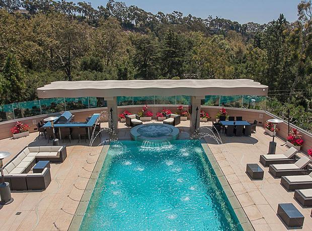 ...và cả bể bơi giống như một khu spa thực thụ.