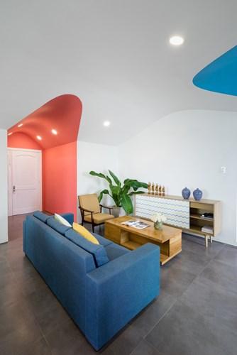Nhờ cách kết hợp hài hòa giữa nội thất và màu sắc của những mảng sơn tường khiến không gian trở nên bừng sáng và hiện đại.
