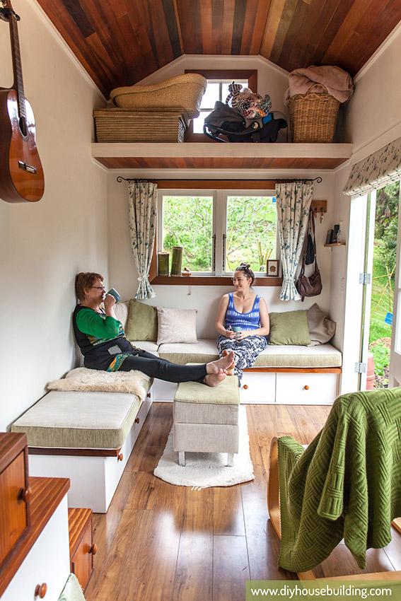 Nhờ có cách bố trí thông minh nên chủ nhà có cả một không gian rộng, đẹp để tiếp khách.