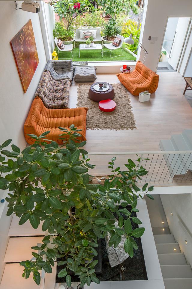 Nếu ngôi nhà có lợi thế về chiều dài hãy trừ ban công rộng một chút làm khoảng sân vườn kết hợp với nơi nghỉ ngơi thư giãn lý tưởng cho cả gia đình.