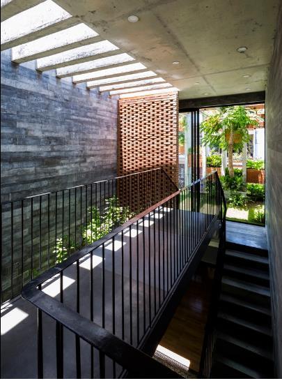 Ngôi nhà có tổng diện tích tất cả các tầng là 240m2 và được thiết kế bởi công ty ALPES Green Design & Build