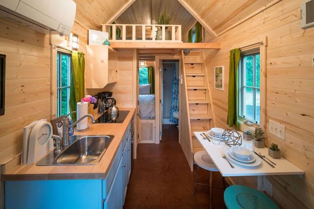 Đối diện là khu vực bếp, bàn ăn, phòng tắm và 2 phòng ngủ: 1 phòng đơn được đặt ở dưới và 1 phòng đôi được đưa lên gác xép.