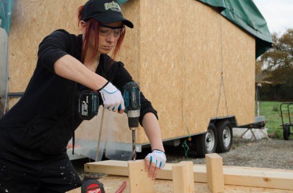 Một điều khiến nhiều người phải thán phục cô gái trẻ này đó là dù là phái yếu nhưng toàn bộ các công đoạn xây dựng ngôi nhà này đều do một tay cô cùng với sự hỗ trợ của bạn bè.