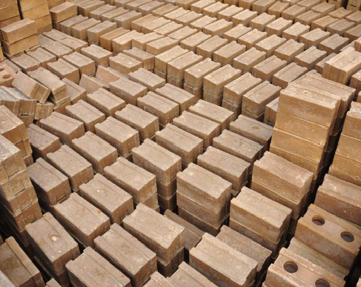 Gạch xây dựng trường được làm từ đất tại chỗ, tận dụng lại từ công tác san lấp mặt bằng giúp tăng khả năng cách nhiệt, mát về mùa hè và ấm về mùa đông.