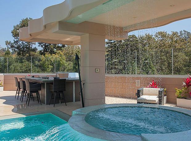 Cạnh hồ bơi còn có lò nướng và quầy bar để phục vụ những bữa tiệc ngoài trời.