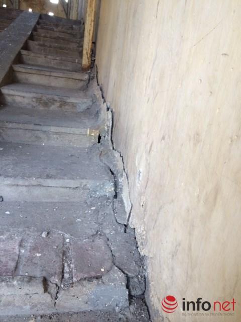 Nghiêng, lún... đã tạo ra những hiện trạng nguy hiểm trên cho tòa nhà A7 khiến người dân lo sợ.