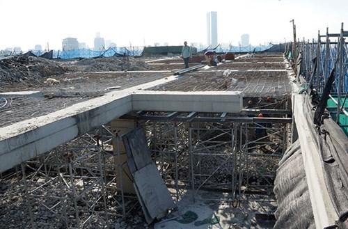 Phần dầm, cột tầng 19 đang được khẩn trương phá dỡ theo chỉ đạo của Thành phố