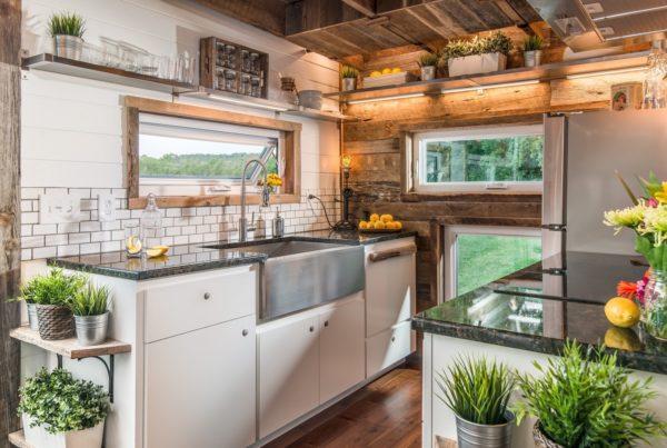 Tuy diện tích ngôi nhà nhỏ nhưng không gian nấu ăn lại vô cùng thoáng rộng. Góc nhỏ này như được nhân đôi diện tích nhờ những cửa kính lớn nhỏ đặt khắp các bức tường quanh bếp.