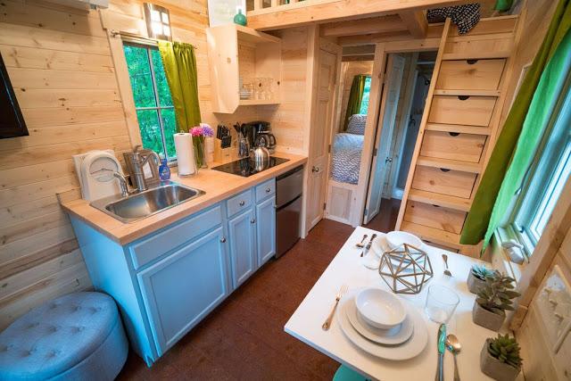 Khu vực bếp ăn nhỏ bé nhưng vô cùng tiện gọn. Để tiết kiệm không gian, chiếc tủ lạnh được thiết kế vừa khít đặt ngay dưới kệ bếp. Hệ thống tủ kệ quanh khu này cũng được thiết kế khéo léo nhằm tận dụng triệt để mọi không gian.